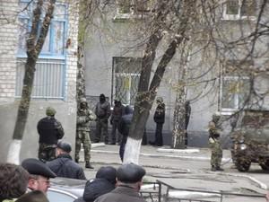 В Славянске люди в камуфляже захватили журналистов