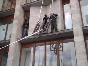 Сепаратисты сбросили герб Украины со здания ОГА Донецка