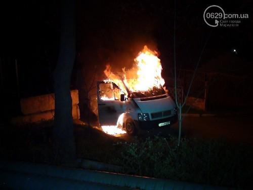 Горит автозак в Мариуполе
