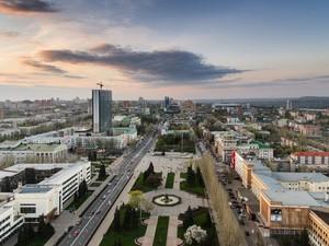 На видео много людей, которые с самого начала заняли Донецкую ОГА