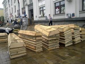 В центре Луганска представители ЛНР выгрузили гробы
