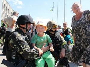 Славянское население встречало украинских военных с детьми и фотоаппаратами.