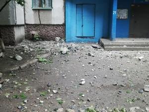 В Луганске снаряд снес крышу девятиэтажки (ВИДЕО)