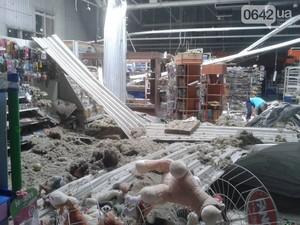 Под Луганском ночью снаряд сжег два дома. В Луганске разрушен большой супермаркет