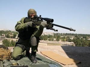 Снайпер обстреливал украинские силы АТО в городе Лисичанск.