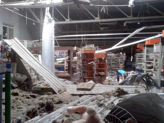 """Супермаркет """"Лелека"""" после попадания снаряда"""