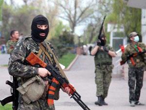 Очевидцы: в Луганске террористы берут в заложники женщин и детей