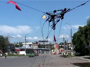 В результате обстрелов все троллейбусные провода в городе были оборваны