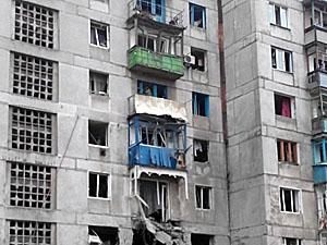 Разрушено много домов, мирные жители напуганы и срочно покидают город.