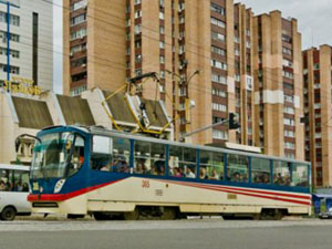 Сами трамваи пока не трогают, хотя, зачем они нужны городу без рельс, непонятно.