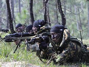 Оперативники обнаружили в балке стреляный гильзы от автомата Калашникова.