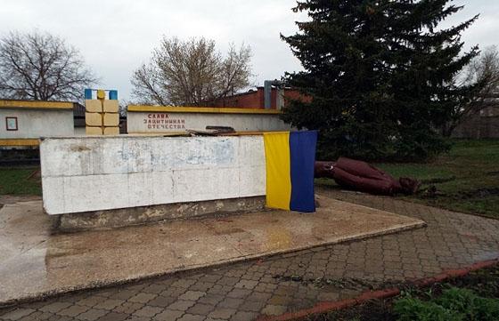В станице луганской упал памятник