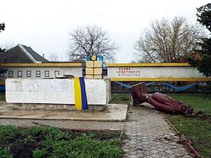 Памятник Ленину простоял много лет возле здания поселковой администрации