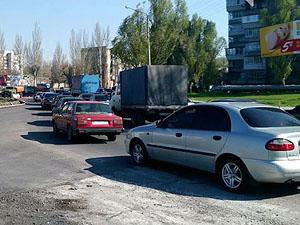 Несмотря на критическую дорожную ситуацию, сотрудников ГАИ на проблемном участке не замечено.