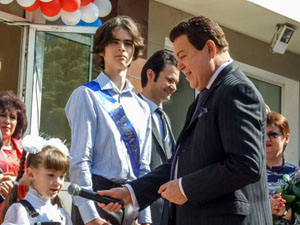 «Здесь не сепаратистов, тут живут настоящие патриоты. Донбасс никогда не будет покорен»,—заявил артист перед собравшимися школьниками.