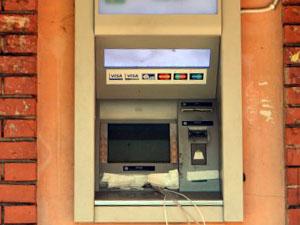 К банкомату присоединены провода и различные трубки, также обнаружен подключенный источник питания.