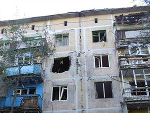 Снарядами повреждено несколько жилых домов, в частности в поселке Комарова и в жилом районе шахты «Комсомолец».