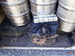 При осмотре микроавтобуса были обнаружены кеги с пивом, общей емкостью 850 литров