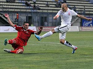 Луганчанин Никита Каменюка забивает гол в ворота «Металлурга», делая счет 0:5.