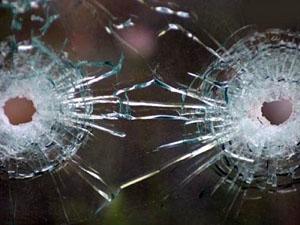Никто не пострадал, есть несколько вмятин на машине и лопнувшее стекло