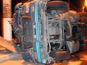 По предварительной информации у грузовика отказали тормоза.