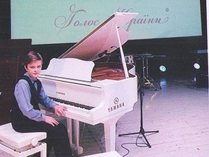 Фото предоставлено ДМШ-1: Александр Невмержицкий на сцене концертного зала университета им. Б. Гринченко.